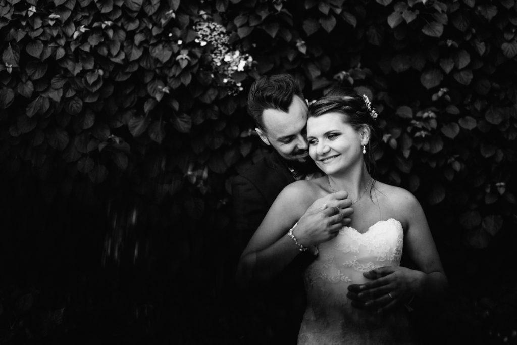 Une superbe couple de jeunes marié amoureux