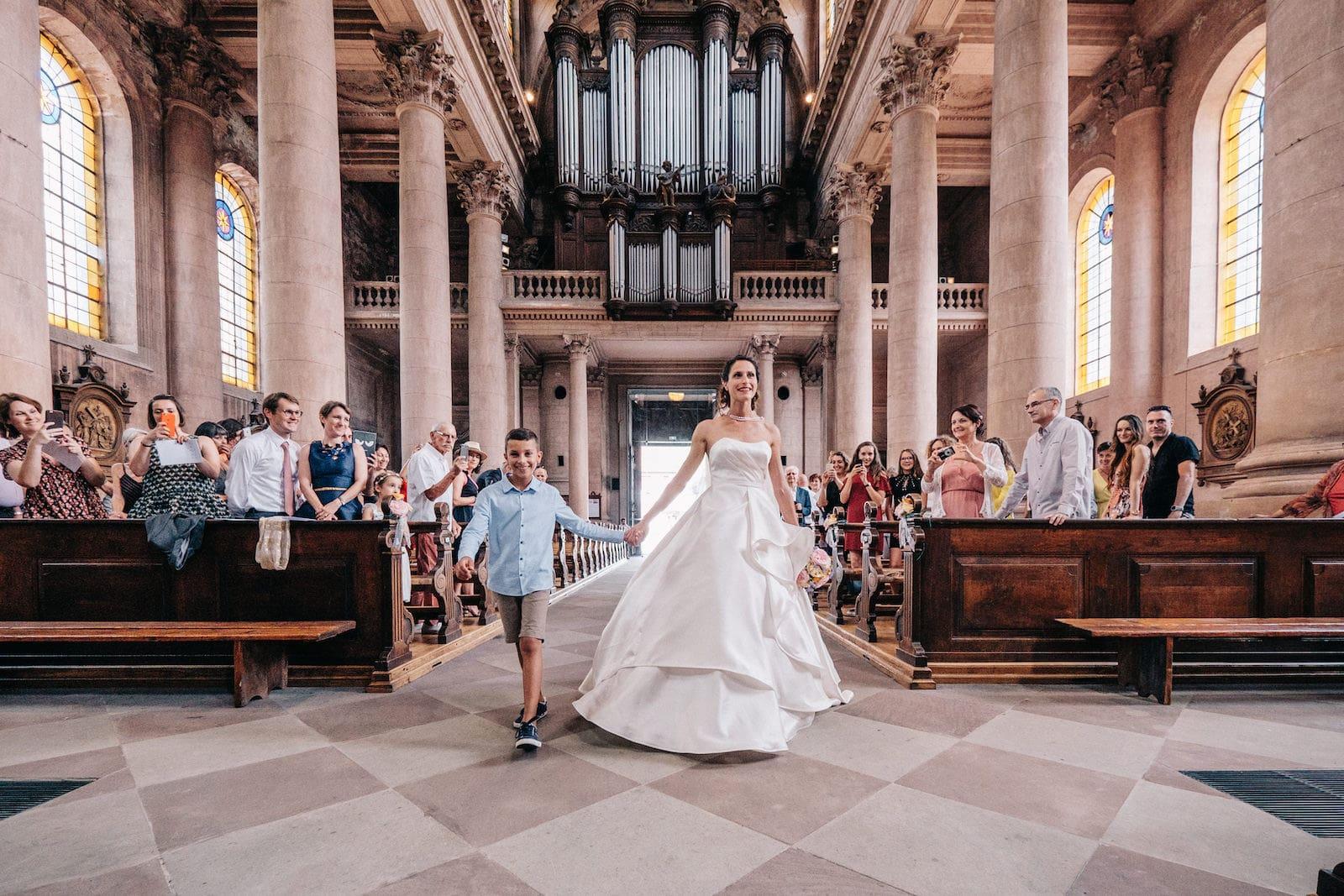 La futurs mariée accompagnée par son fils à l'eglise de Guebwiller