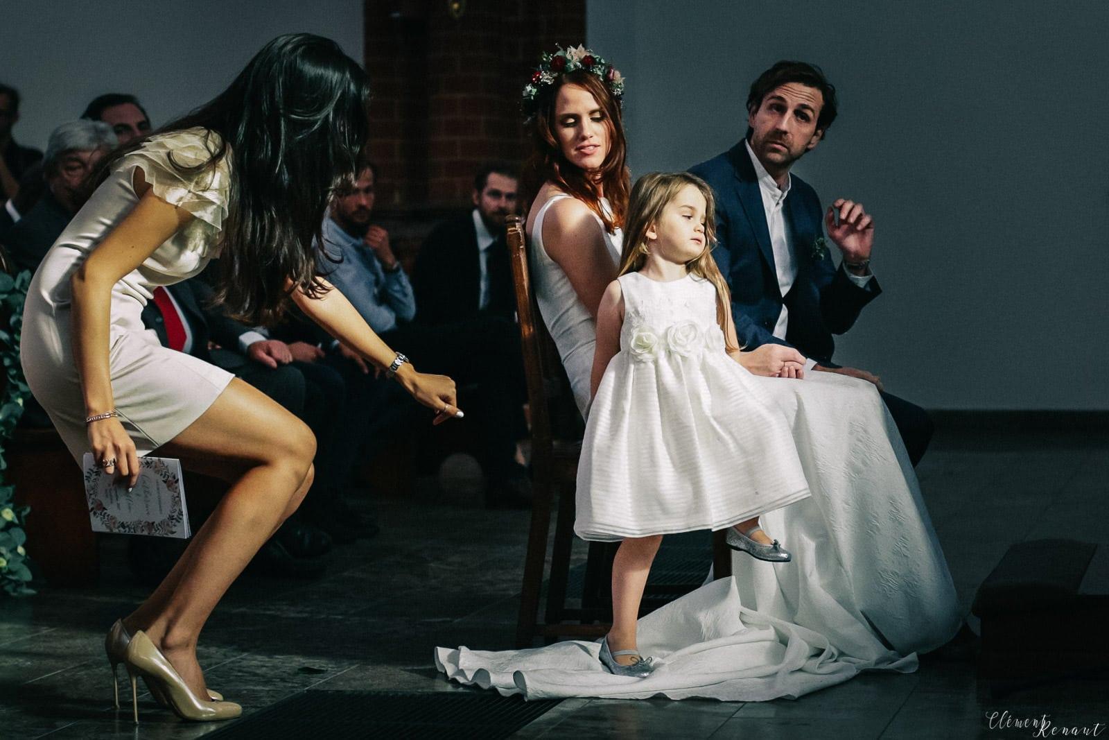 Photographe de mariage à Berlin - Enfant qui marche sur la robe de mariée