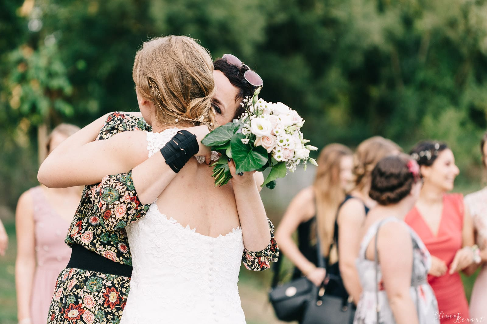 Mariage-bouquet-calin-inbetween-moment