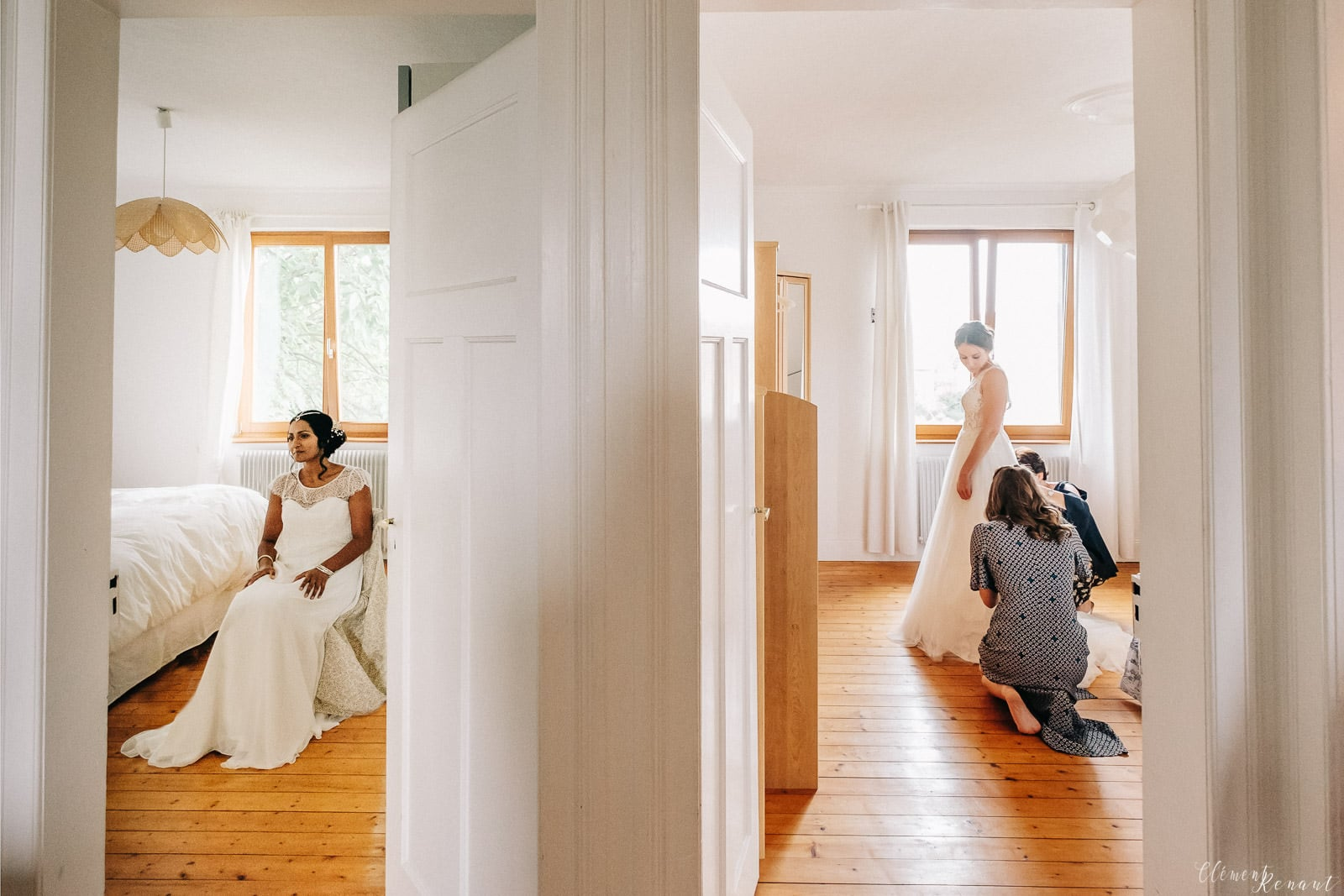 Les préparatifs d'un couple de filles avant leur mariage en Alsace