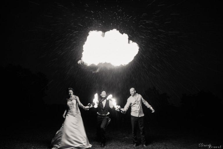 Le cracheur de feu et les mariés