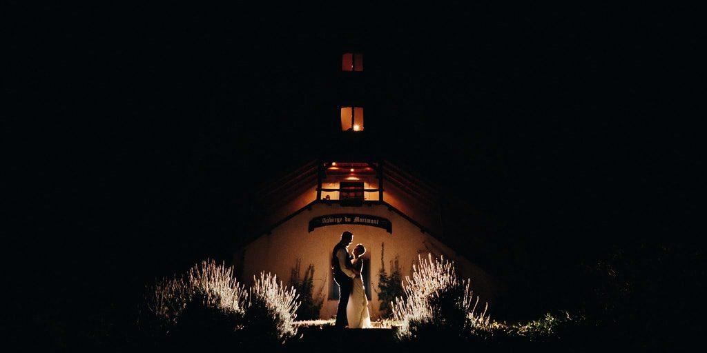 Photo de couple devant l'auberge du morimont sous les étoiles