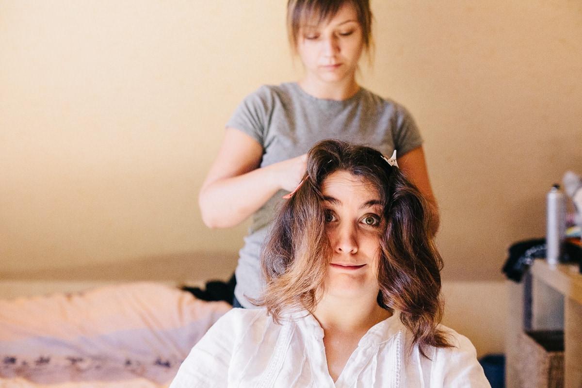 Préparatifs : la mariée se fait coiffer