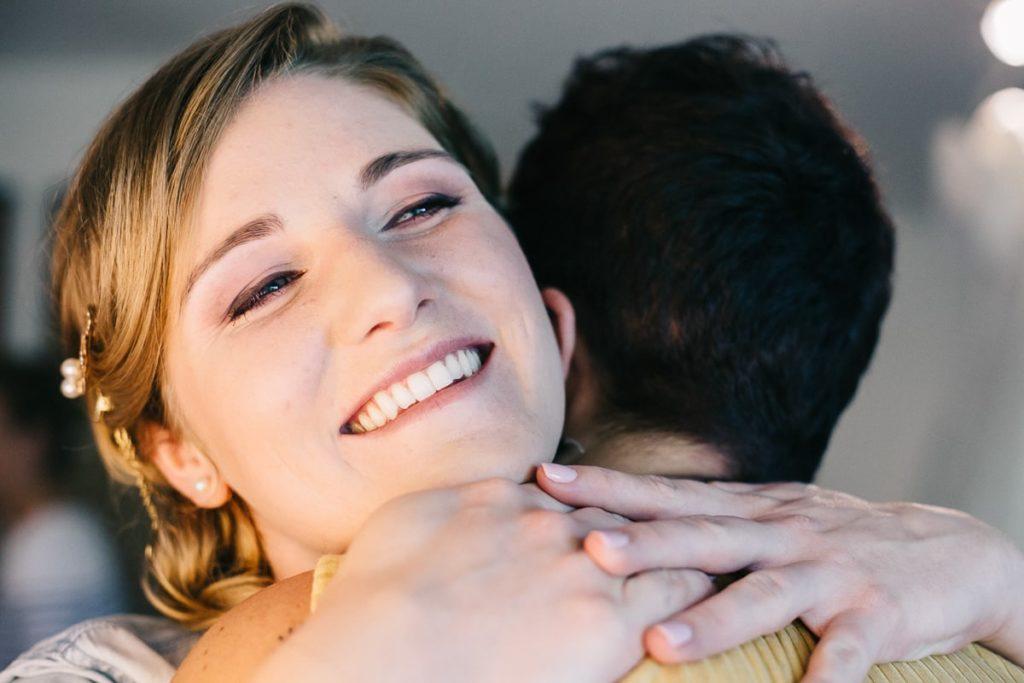 Un câlin de la future mariée a une amie