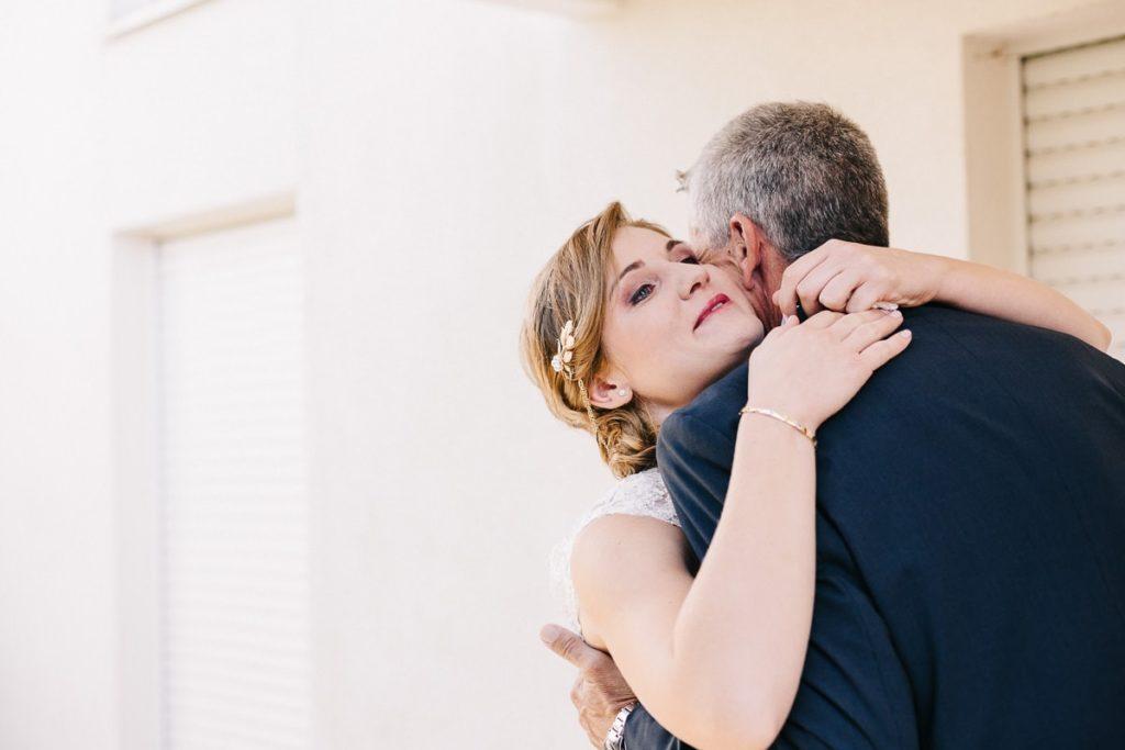 moment d'emotion entre la mariée et son pere