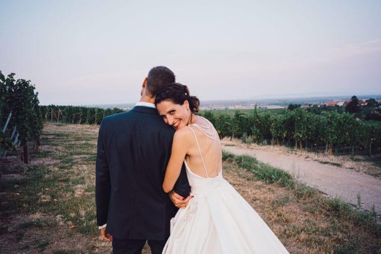 Séance de couple lors d'un mariage à l'hotel Val-vignes