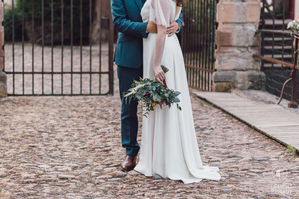 Photos de couple lors du mariage devant le chateau d'osthoffen