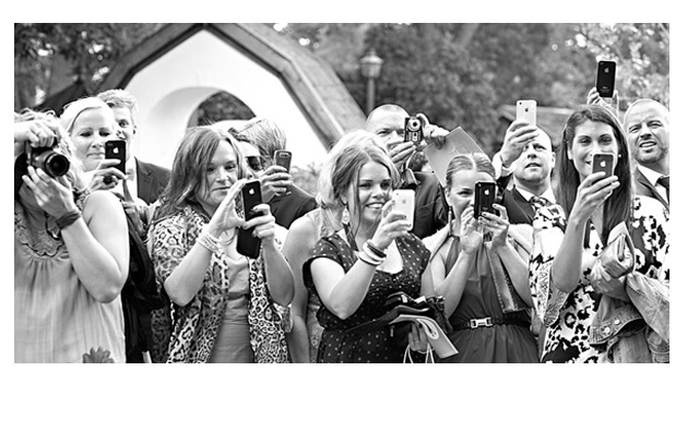 Les invités et leurs smartphone en mariage.