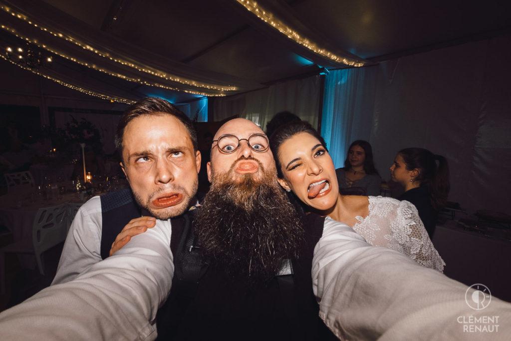 Le photographe et les mariés font des grimaces