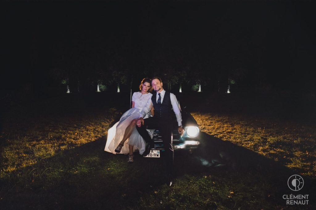 Les mariés posent sur la ford mustang